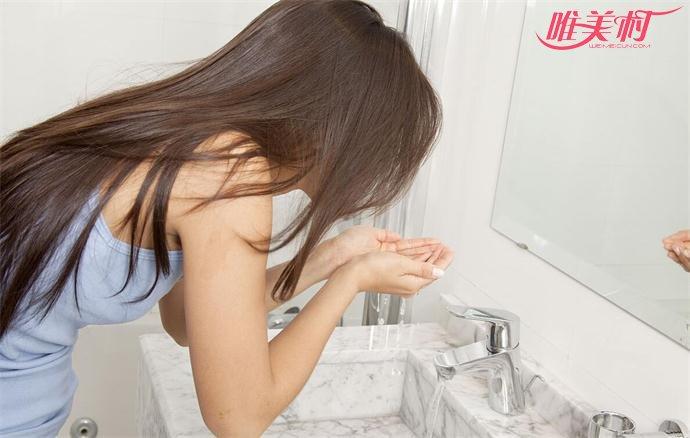 使用活水洗脸可以改善油性皮肤