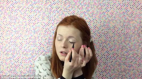 英国失明女孩上传自制彩妆教程
